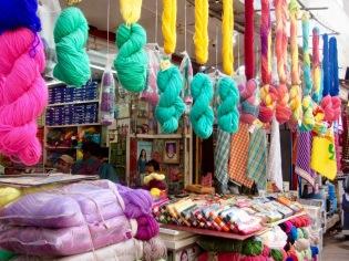 Échoppe de fils et de laine dans le vieux quartier Chowk, Varanasi, Inde.