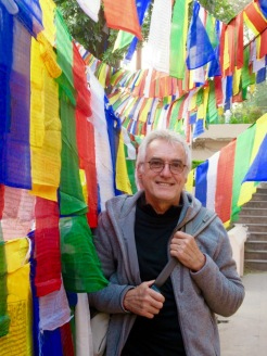 Robert sous les drapeaux de prière, Mahabodhi, Bodh Gaya, Inde.