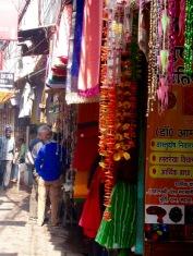 Magasinage dans une ruelle du Chowk, Varanasi, Inde.