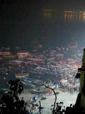 Des pèlerins venus en barque participent à la puja au ghat Dasashwamedh, Varanasi, Inde.