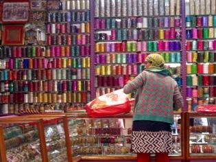 Qui veut un bracelet? Ce n'est pas le choix qui manque. Toutes les indiennes en portent, ils sont toujours parfaitement assortis à leurs vêtements, Varanasi, Inde.