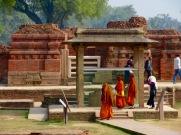Des moines bouddhistes visitent les ruines de Sarnath, la région où Bouddha aurait prononcé son premier discours après son illumination à Bodh Gaya, Inde