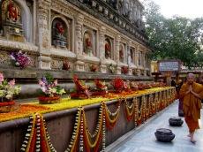 Une balustrade fleurie entoure le temple Mahabodhi, Bodh Gaya, Inde.