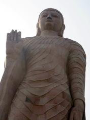 Un Bouddha de plus de 80 pieds au temple Thaï, Sarnath, Inde.