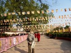 Pour accéder au temple Mahabodhi, il faut suivre un long chemin sous les drapeaux de prière et passer deux postes de contrôle de sécurité, Bodh Gaya, Inde.