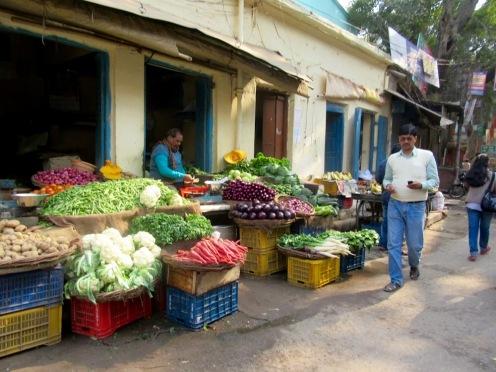 Un marché dans un quartier de Varanasi, Inde.