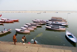 Le lavage des vêtements dans le Gange, une activité quotidienne, Varanasi, Inde.