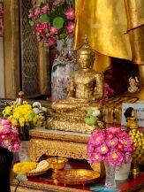 Ce Bouddha en méditation, posé aux pieds du Bouddha Deva Patimakorn, est couvert de petites feuilles d'or appliquées par les pèlerins. Wat Pho, Bangkok, Thaïlande