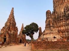 Promenade sur les ruines du Wat Chao Wattanaram, une rangée de bouddhas peut être observée encore à ce jour, certains sont en meilleurs état que les autres. Ayutthaya, Thaïlande.