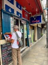 Mon amoureux évalue le menu du restaurant Poutine dans Kaosan. Bangkok, Thaïlande.