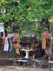 Un petit coin de verdure avec un autel au Wat Khudeedao, Ayutthaya, Thaïlande.