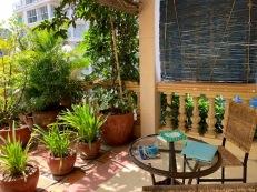 Un petit coin calme sur la terrasse, à l'étage supérieur de l'hôtel Anise, juste devant notre chambre. Phnom Penh, Cambodge.