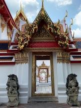 Les portes parfaitement alignées du Phra Ubosot, Wat Pho, Bangkok, Thaïlande.