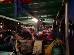 Courte panique à bord d'un bateau qui nous amenait d'une rive à l'autre alors que la transmission du moteur s'est brisée, heureusement tout s'est bien terminé. Ayutthaya , Thaïlande.