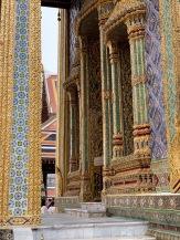 Les murs des édifices sur le site du Wat Phra Kaew et du Grand Palais sont richement décorés, Bangkok, Thaïlande.