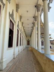 Balcon garni de colonnades de la salle du Trône du Palais royal. Phnom Penh, Cambodge.