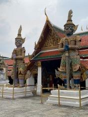 Deux géants de la mythologie hindoue montent la garde à l'entrée du Wat Phra Kaew, Bangkok, Thaïlande.