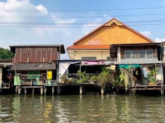 Maison construite le long d'un khong à Bangkok, Thaïlande.