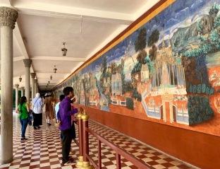 L'intérieur du mur entourant la Pagode d'argent a été entièrement recouvert de scène du Râmâyana. Une partie a été récemment restaurée. Phnom Penh, Cambodge.
