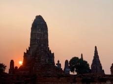 Le soleil se couche sur le Wat Chaiwatthanaram, Ayutthaya, Thaïlande.