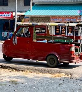 Notre transport pour la journée, un tuk tuk avec les sièges bas. Pour y monter, il faut à la fois grimper et se pencher pour éviter de se frapper la tête au plafond. Thaïlande.