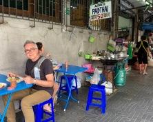 Un pad thaï cuisiné et dégusté sur le trottoir? Tout à fait délicieux! Bangkok, Thaïlande.