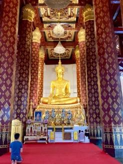 Bouddha assis dans un autre temple décoré avec beaucoup de soin. L'atmosphère calme favorise la méditation et la réflexion. Wat Na Phra Mane, Ayutthaya, Thaïlande.