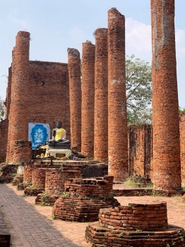 Ce grand hall du Wat Thammikarat n'a plus de toit, mais les hautes colonnes nous rappellent à quel point il était imposant. Ayutthaya, Thaïlande.