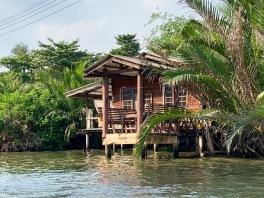 Une maison construite le long d'un klong à Bangkok, Thaïlande.