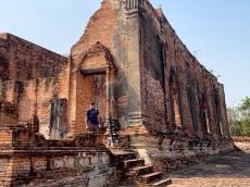 Les murs les plus longs des viharas du Wat Khudeedao étaient construits d'une forme légèrement inclinée qui rappelle celle d'une jonque. Ayutthaya, Thaïlande.