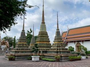 Des stupas décorés avec soin sont disséminés sur le terrain du Wat Pho. Bangkok, Thaïlande.