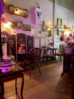 Le café Pink Rabbit&Bob permet une pause agréable lors de la visite du Wat Pho et du Wat Phra Kaew. Bangkok, Thaïlande.