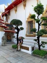 À la gauche de Robert, un personnage d'opéra chinois a servi de lest dans les navires en provenance de Chine au 19e siècle. Il y en a plusieurs sur le site du Wat Pho. Bangkok, Thaïlande.