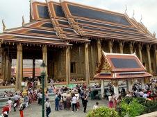 Nous ne sommes pas seuls sur le site du Wat Phra Kaew pour admirer le Bouddha d'émeraude, Bangkok, Thaïlande.