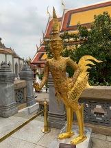 Une kinnari, une créature mythique mi-femme et mi-oiseau, se tient à l'entrée d'un temple. Site du Wat Phra Kaew, Bangkok, Thaïlande.