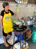 Cette dame nous cuisine un des meilleurs Pad Thaï que nous ayons mangé, sur l'un des trottoirs de Bangkok, Thaïlande.