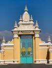 Un de ses portiques du mur d'enceinte du Palais Royal. Le roi y a été retenu prisonnier lors de l'occupation des Khmers rouges. Le roi actuel y habite toujours. Phnom Penh, Cambodge.