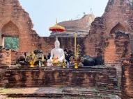 Un petit temple dressé dans l'un des vestiges du Wat Khudeedao, un bel endroit pour d'offrir ses prières à Bouddha, Ayutthaya, Thaïlande.