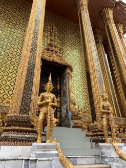 Un des édifices du complexe du temple Wat Phra Kaew, riche orné. Bangkok, Thaïlande