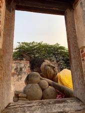 Ce Bouddha dans un temple dont le toit s'est effondré est très attachant malgré sa rusticité. Ayutthaya, Thaïlande.