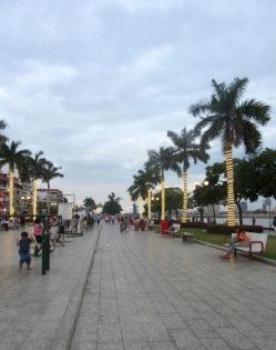 La promenade le long du Tonlé Sap accueille des gens de tous les âges et s'anime davantage à la tombée de la nuit lorsque la température devient plus confortable. Phnom Penh, Cambodge.