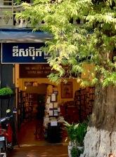 Cette petite librairie un peu en retrait vend des livres usagés en français! Phnom Penh, Cambodge.
