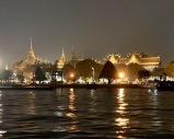 Une vue de nuit du Grand Palais et du Wat Phra Kaew à partir du Chao Praya. Bangkok, Thaïlande.