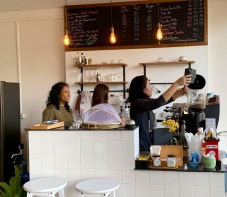 Madame Bôhler avec ses employées au café du Baan Manusarn, Bangkok, Thaïlande.