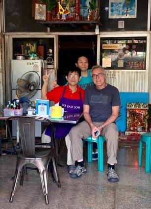 Ce jeune homme a réparé les chaussures de mon amoureux et il en est très fier. Presque voisin du Baan Manusarn, il a été recommandé par la propriétaire. Elle avait bien raison! Bangkok, Thaïlande.