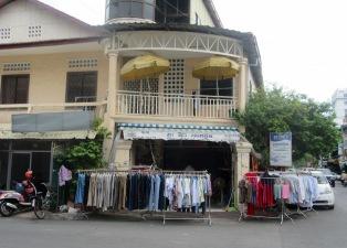 Des cordes à linge version Cambodgienne, elles me semblent bien pratiques. Ces supports de métal servent aussi bien à suspendre les vêtements pour le séchage que pour exposer ceux qui sont à vendre. Phnom Penh, Cambodge.