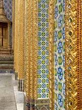 Je suis totalement émerveillée par les détails des édifices sur le site du Grand Palais et du Wat Phra Kaew. Bangkok, Thaïlande.