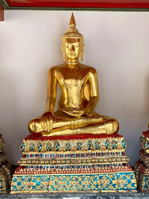 Un des Bouddha de la galerie entourant le Phra Ubosot, Wat Pho, Bangkok, Thaïlande.