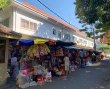Cela vaut la peine de prendre notre temps et de flâner le long des rues de Phnom Penh. Ici, un petit marché nous est apparu le long d'une rue, un peu caché. Cambodge.