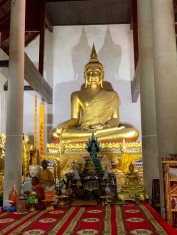 Bouddha doré dans un temple tout simple, reconstruit sur les ruines d'un ancien bâtiment. Wat Samanakottaram, Ayutthaya, Thaïlande.